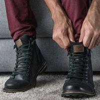7412a21a4dc2 Eredetileg a robosztus munkás bakancs az angol kikötő és ipari munkások  cipői voltak, mert a magas fűzős bakancs a fizikailag keményen dolgozó  embereknek, ...